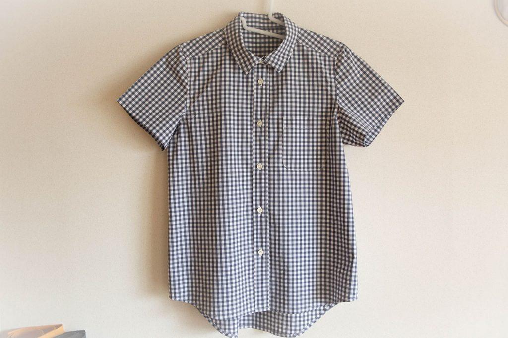 普通のシャツ